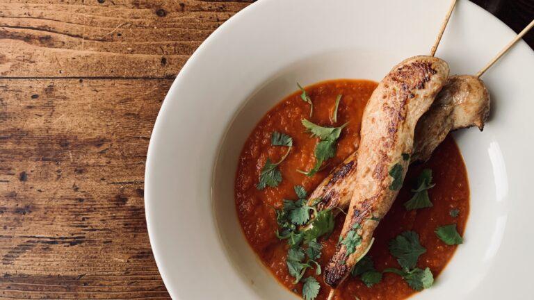 nemme kyllingespyd og krydret tomatsuppe